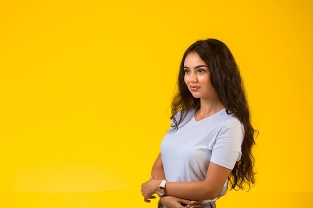 Jong model poseren op geel oppervlak
