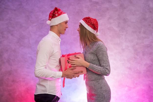 Jong, modepaar dat sint-valentijnsdag viert en elkaar cadeautjes geeft