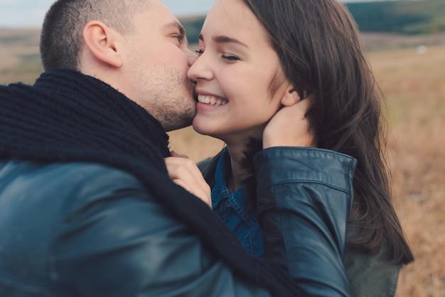 Jong modern modieus paar in openlucht