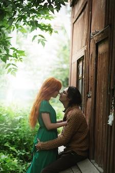 Jong modieus paar op romantische plaats