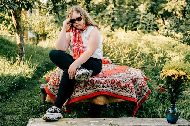 Jong mollig meisje poseren op het platteland