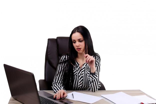 Jong mooi bureaumeisje op werkende plaats die op witte muur wordt geïsoleerd