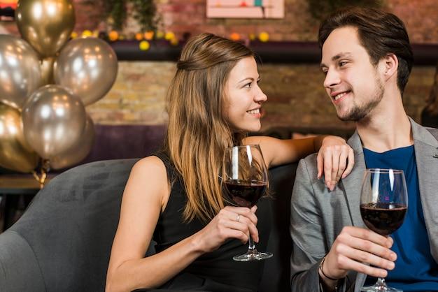 Jong mooi gelukkig paar dat van hun datum geniet bij bar