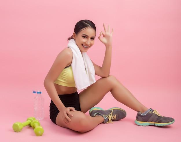 Jong mooi geschikt vrouwen drinkwater na oefening