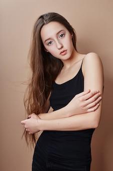 Jong mooi het meisjes mooi lang haar van de schoonheidsportret