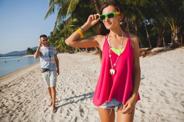 Jong mooi koppel wandelen op tropisch strand, thailand, vakantie roomance, hipster outfit, casual stijl, honingmaan, vakantie, zomer, zonnig, romantische sfeer