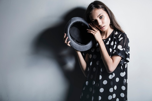 Jong mooi mannequinmeisje aziatisch meisje met hoed