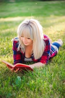 Jong mooi meisje dat een boek leest openlucht