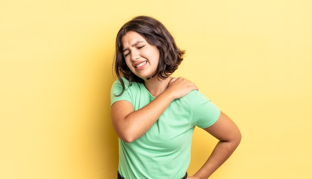 Jong mooi meisje dat zich moe, gestrest, angstig, gefrustreerd en depressief voelt, lijdt aan rug- of nekpijn