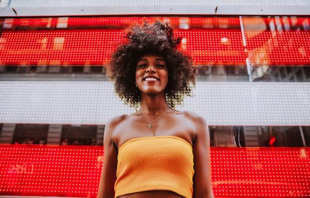 Jong mooi meisje die op tijd vierkant lopen, manhattan. lifestyle-concepten over new york