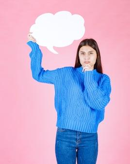 Jong mooi meisje met een witte bel voor tekst op een roze.