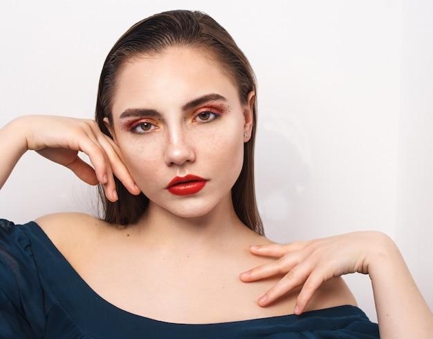 Jong mooi meisje met lichte make-up.