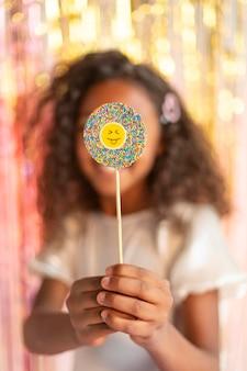 Jong mooi meisje op feestelijk feest met lolly