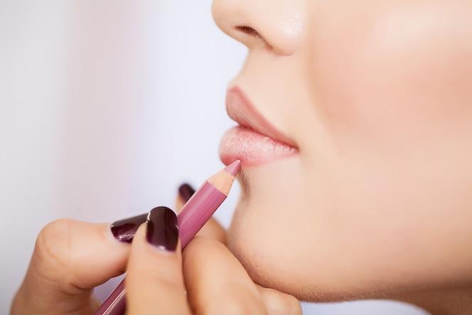 Jong, mooi meisje opgemaakt make-up in een schoonheidssalon