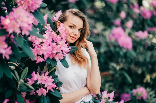 Jong mooi meisje poseren onder de bloeiende boom
