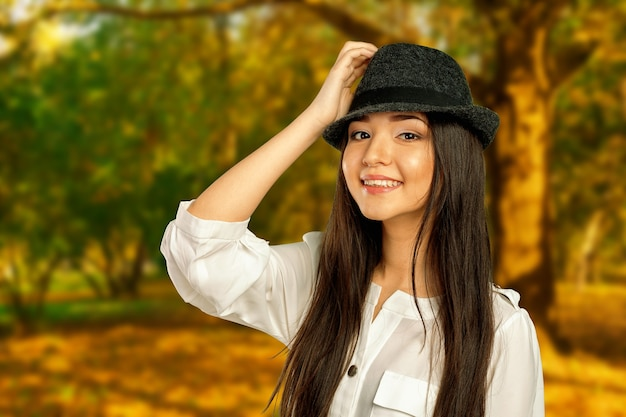 Jong mooi meisjesportret in de herfstpark