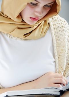 Jong mooi moslim meisjesportret