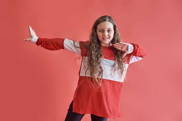 Jong mooi schattig meisje dansen, moderne slanke hiphop-stijl tiener meisje springen