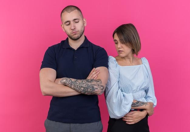 Jong mooi stel beledigde man en vrouw die naast elkaar stonden met gekruiste armen