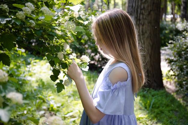 Jong mooi tienermeisje dat zich in het park bevindt.