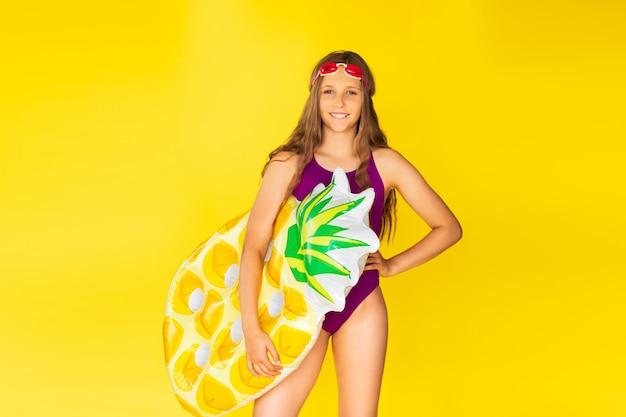Jong mooi zwemmeisje
