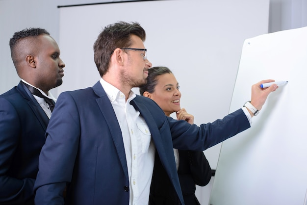 Jong multi-etnisch commercieel team dat een nieuwe strategie plant.