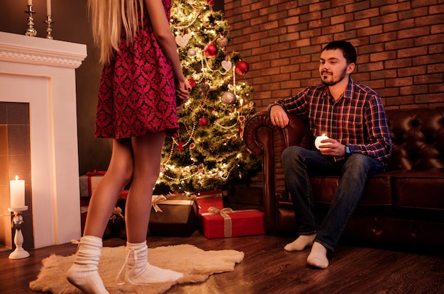 Jong onbekend meisje nadert haar vriend