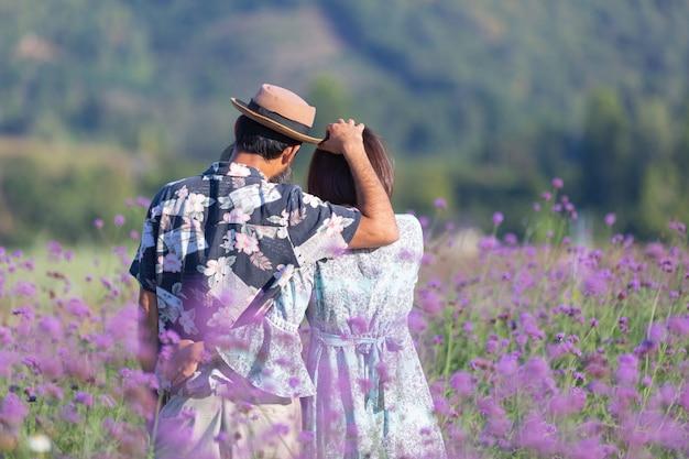 Jong paar bij bloemgebied