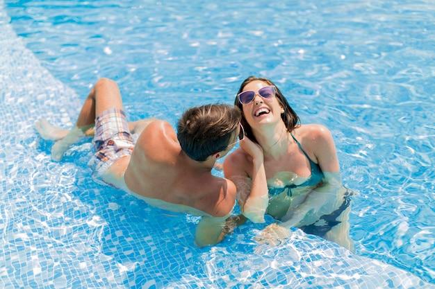 Jong paar bij het zwembad
