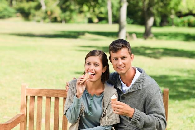 Jong paar dat een roomijs eet