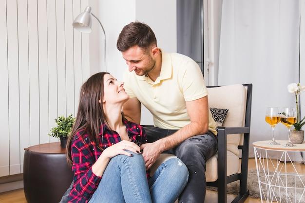 Jong paar dat in liefde kijkt die elkaar bekijkt