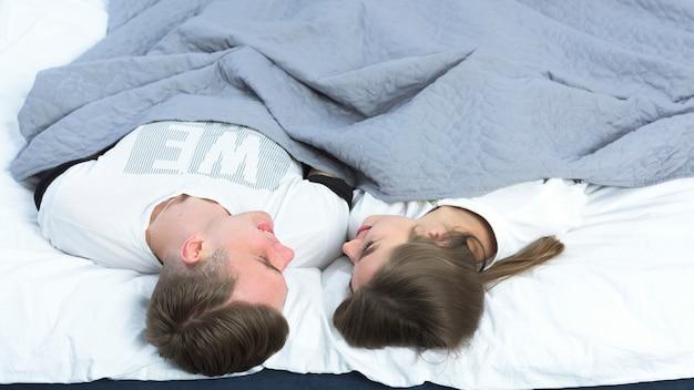Jong paar dat in wit bed rust