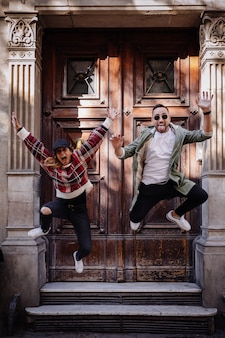 Jong paar dat op de straat springt
