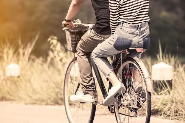 Jong paar hipsters die op een fiets berijden