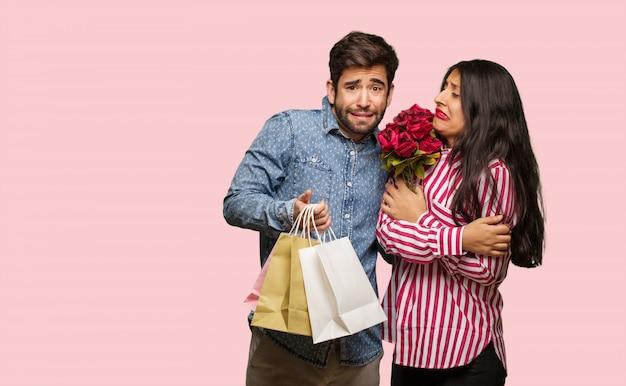 Jong paar in de dag van valentijnskaarten gaat koud als gevolg van lage temperatuur