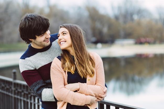 Jong paar in liefde buiten