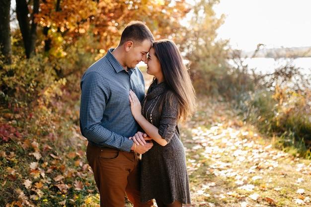 Jong paar in liefde. een liefdesverhaal in het herfstbospark