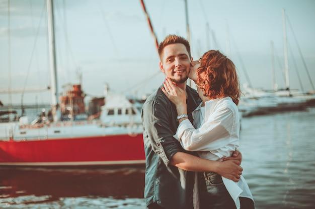 Jong paar in liefde op zee