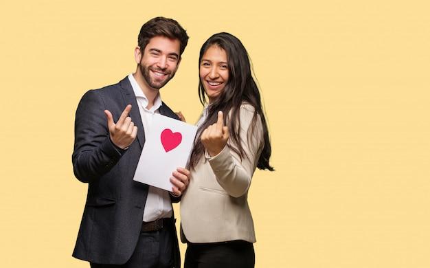 Jong paar in valentijnsdag uitnodigend om te komen