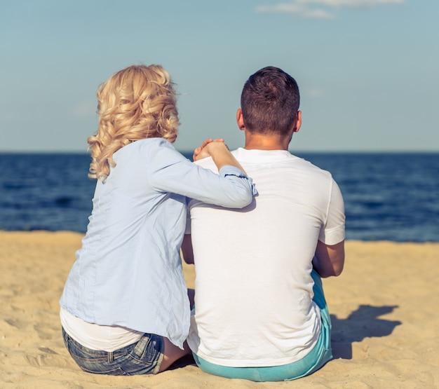 Jong paar in vrijetijdskleding die dicht bij elkaar zitten.