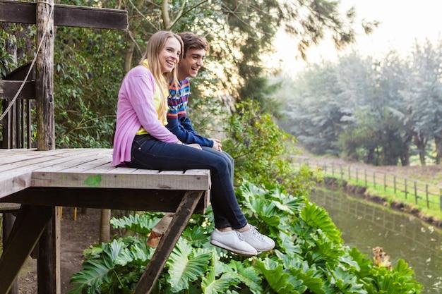 Jong paar lachen terwijl u geniet van het landschap