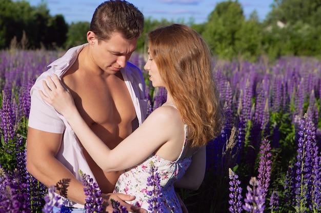 Jong paar op een gebied van lupine