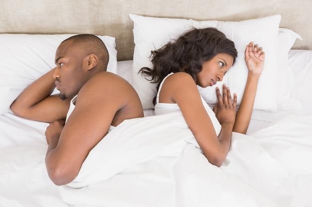 Jong paar rijtjes slapen en elkaar negeren
