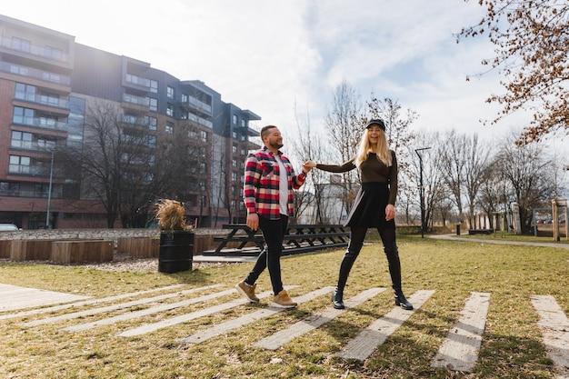 Jong paar verliefd buiten. leuk paar jonge hipster mensen wandelen in de oude stad van de lente op weekendvakantie. gelukkige jongen en meisje. reizen.