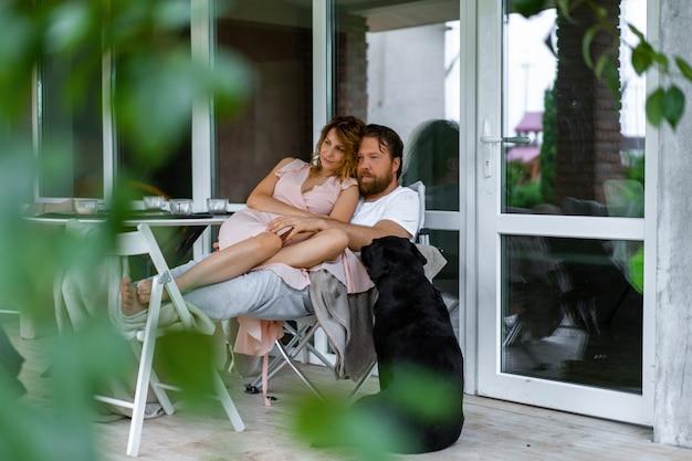 Jong paar verliefd op het terras van hun huis.