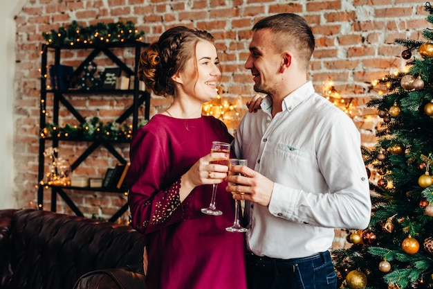Jong paar verliefd op kerstmis