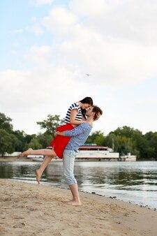 Jong paar verliefd op zomerstrand