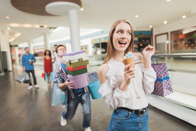 Jong paar winkelen in het winkelcentrum. zwarte vrijdag.