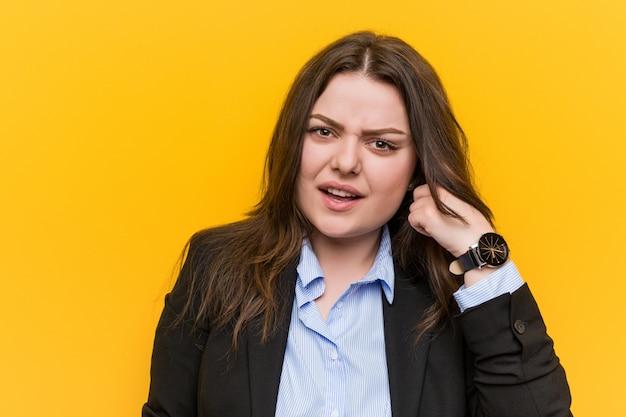 Jong plus grootte kaukasische bedrijfsvrouw die een teleurstellende gebaar met wijsvinger toont.