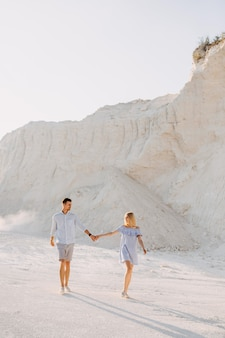 Jong romantisch koppel buitenshuis, hand in hand en wandelen.